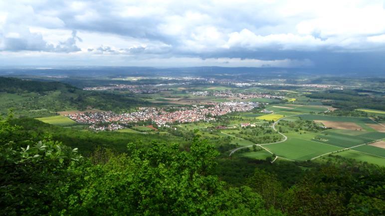 Der Talblick am Breitestein. Die dunklen Wolken sind über dem Tal hängen geblieben