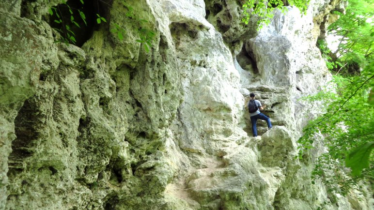 Kletterei zu den Karsthöhlen an den Tuffsteinwänden