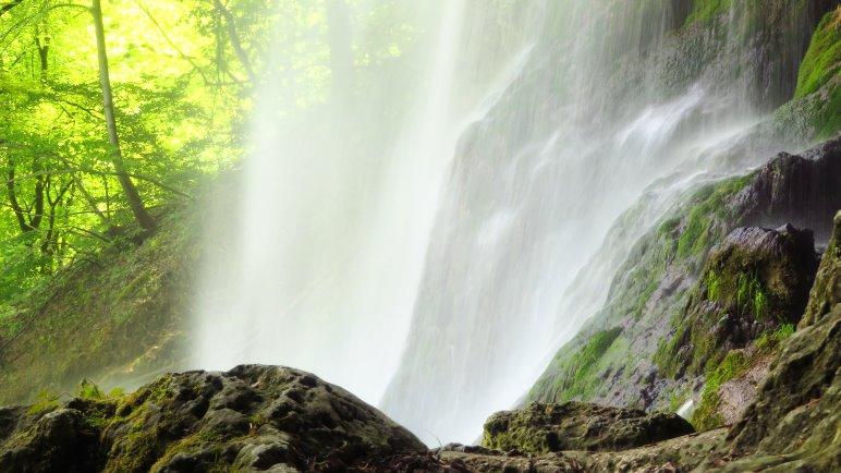 Ein Wasserschleier am Uracher Wasserfall