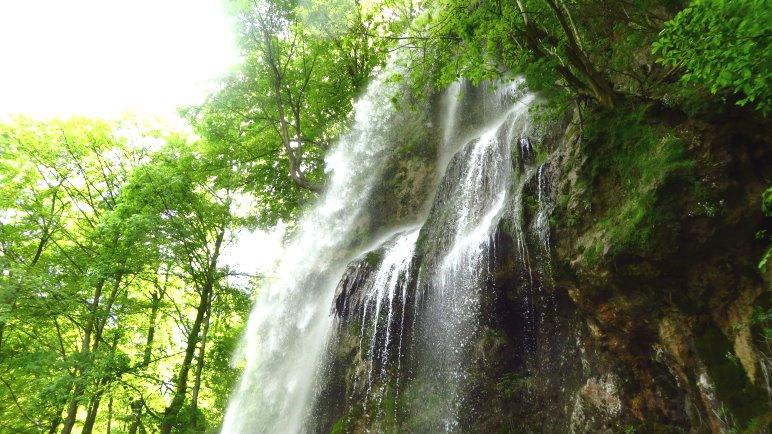 Am Fuß des Wasserfalls