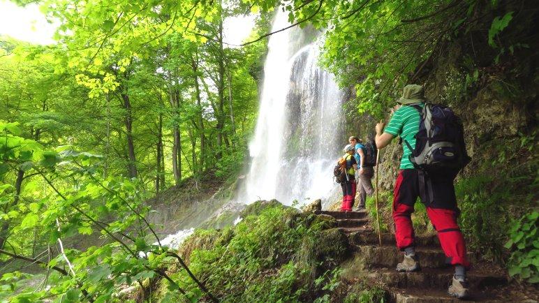 Es gibt einen leicht zu erreichenden Standplatz für Wasserfall-Portraits, den alle Wanderer besuchen