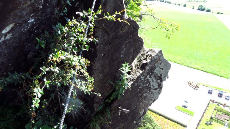 Blick auf den Fels und runter auf den Parkplatz des Möbelhauses