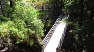 Die Brücke am oberen Wasserfall
