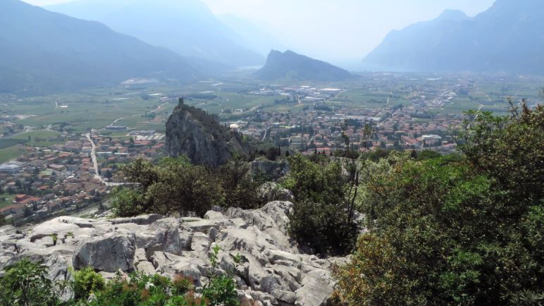 Der Blick vom Colodri-Gipfel auf die Burg Arco, den Monte Brione, Torbole und Riva. Und im Dunst liegt der Gardasee