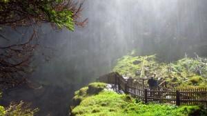 Erfrischend: Im Sprühnebel des oberen Wasserfalls stehen