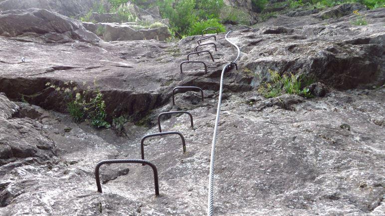 Trittbügel, danach Plattenklettern am Einstieg des Klettersteigs