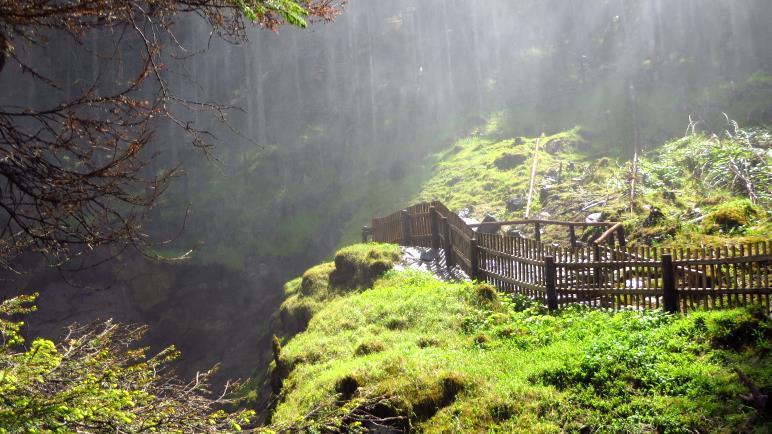 Den Sprühnebel am oberen Wasserfall erlebt man unmittelbar auf dem Balkon