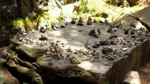 Der Steinmännchen-Altar im Wald