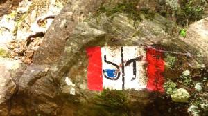Die Wegzeichen des Wasserfallwegs und des Franziskuswegs
