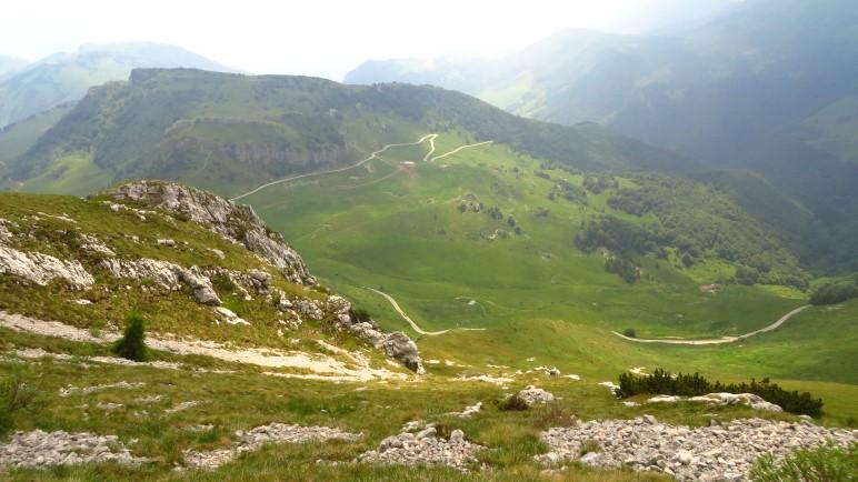 Ein weiter Blick über das Hochtal Altopiano Brentonico auf dem Monte Baldo