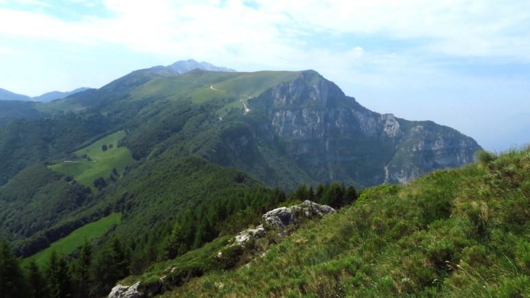 Der Blick zurück zur Colma di Malcesine: Wo ist denn in der Felswand der Sentiero Ventrar? Ich finde ihn nicht