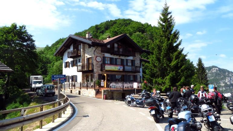 Der Gasthof an der Bocca Navene ist ein beliebter Zielpunkt für Motorradtouren
