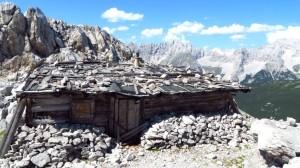 Flach geduckt steht die Hütte in ihrer felsigen Umgebung