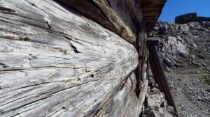 Mit den Jahren sind die Holzwände der Hütte ausgebleicht und haben das felsige Grau der Umgebung angenommen