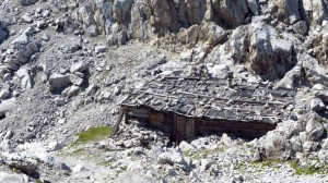 In einer Felsgrube steht die Geierwally-Hütte am Hafelekar