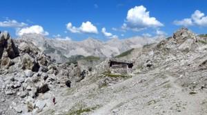 Der Blick über die Hütte hinweg auf die Berge des Karwendels