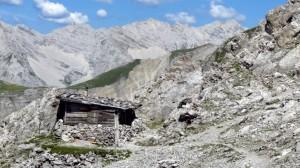 Inmitten einer Felslandschaft steht die Hütte, die perfekte Umgebung für einen Film