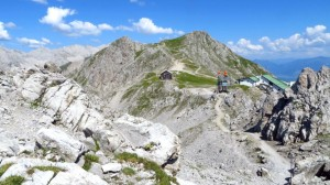 Der Blick von der Anhöhe bei der Hütte zur Hafelekarspitze. Gut zu sehen ist der breite Aufstiegsweg, der in Serpentinen die wenigen Höhenmeter von der Bergstation überwindet
