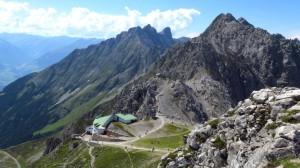 Der Blick von der Hafelekarspitze über dei Bergstation Richtung Klettersteig. Gegenüber des kleinen grauen Hauses in der Bildmitte ist die Geierwally-Hütte