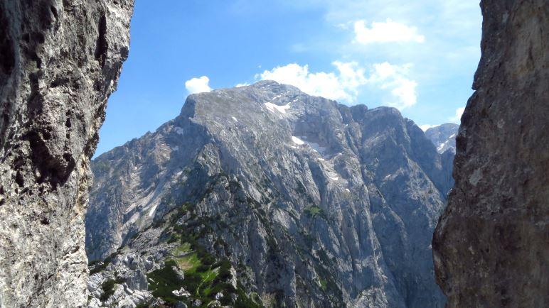 Der Blick aus dem Felsdurchgang auf den Hohen Göll