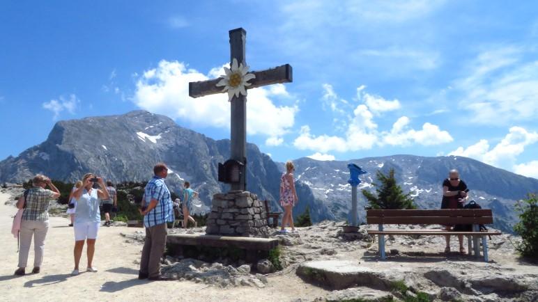 Am Kehlstein-Gipfelkreuz ist man nicht alleine.