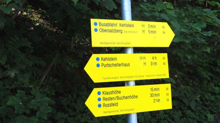 Vier Stunden bis zum Kehlstein? Ob das Schild Übersee-Touristen abschrecken und in die Busse umleiten soll?
