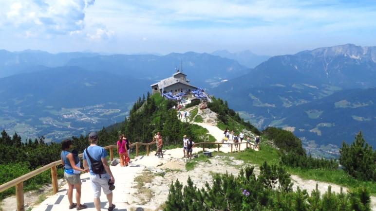 Der Blick vom Gipfelbereich hinab auf das Kehlsteinhaus