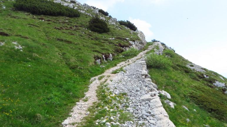 Im oberen Teil wandert man auf befestigten Wegen, vermutlich alte Militärwege