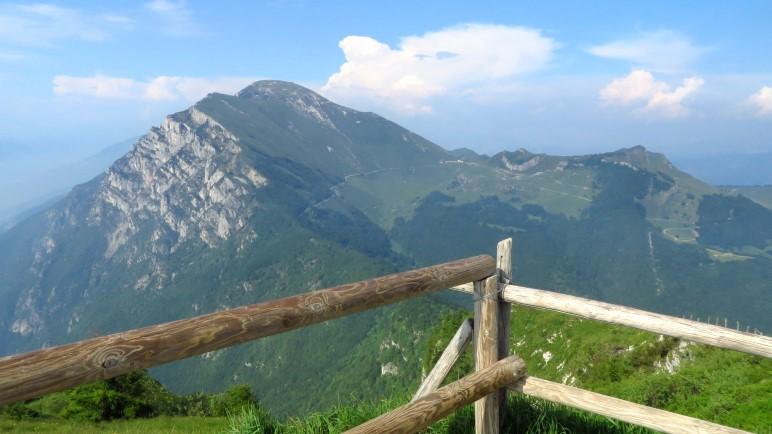 Noch ein Blick zurück vom Aussichtspunkt an der Colma di Malcesine auf den Monte Altissimo: Da war ich gerade!