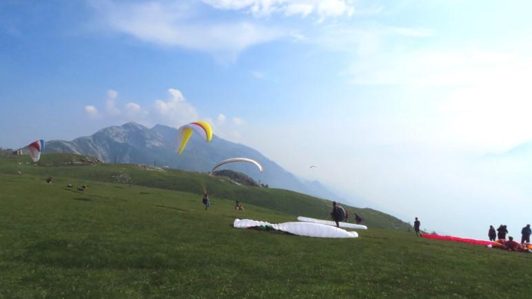 Paraglider beim Start auf dem Monte Baldo, nah der Hütte La Capannina