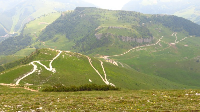 Die Serpentinenstrasse auf dem Monte Baldo, die das Altopiano Brentonico durchzieht