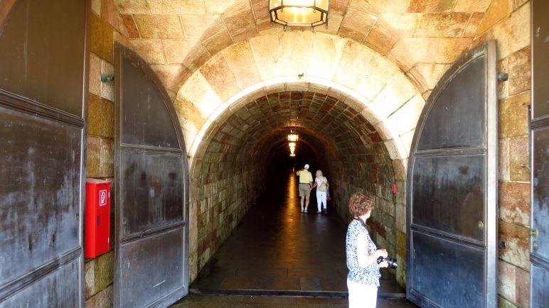 Der Tunneleingang zum Kehlstein-Aufzug mit seinen mächtigen Eisentoren