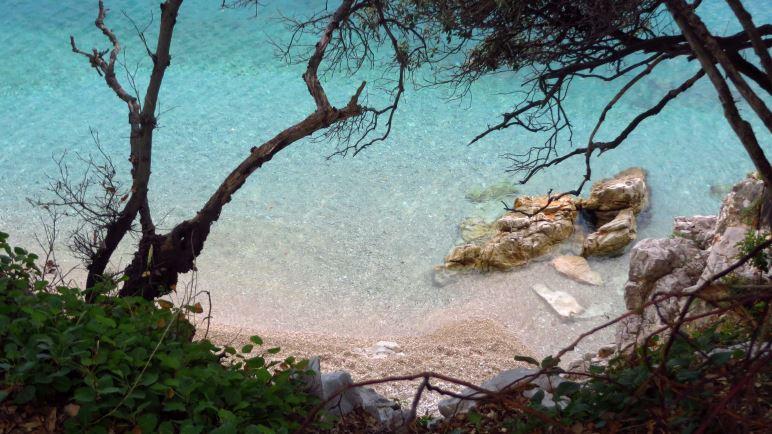 Ein Blick in die unglaublich klare türkise Meeresbucht