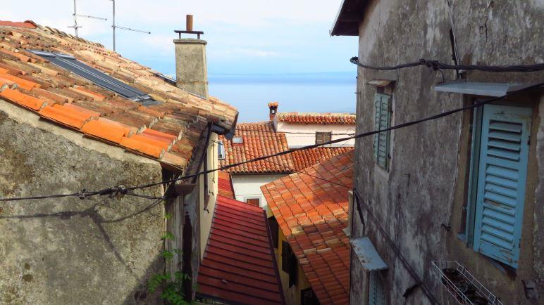 Über den Dächern von Mošćenice