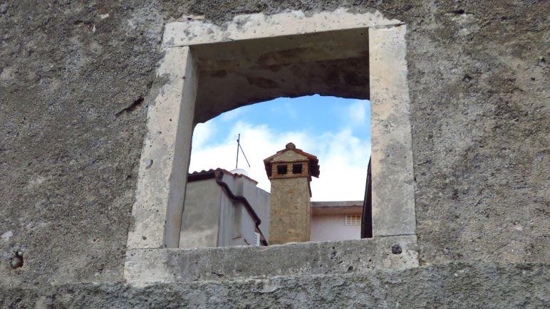 Ein Blick durch eine Mauer auf Mošćenice