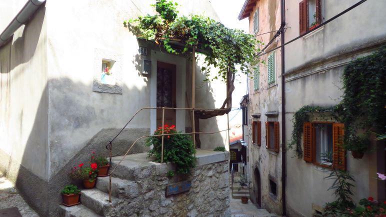 Eine Gasse in Mošćenice