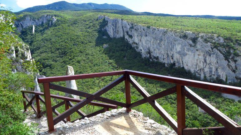 Ein Blick vom Aussichtspunkt oberhalb der Vela Draga Schlucht