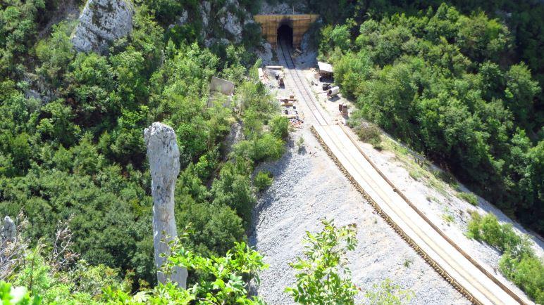 Die Eisenbahnstrecke, die die Vela Draga Schlucht quert. Direkt daneben steht der Felsturm mit dem Namen Svijeca (Kerze)