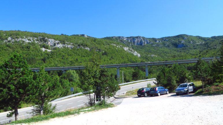Der Parkplatz zur Vela Draga Schlucht ist direkt neben der Autobahn