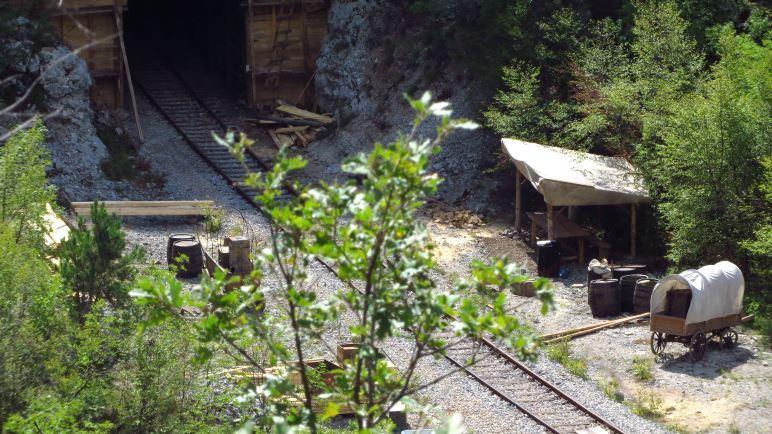 Dieser Planwagen neben der Eisenbahnlinie sieht schon sehr nach Wildem Westen aus