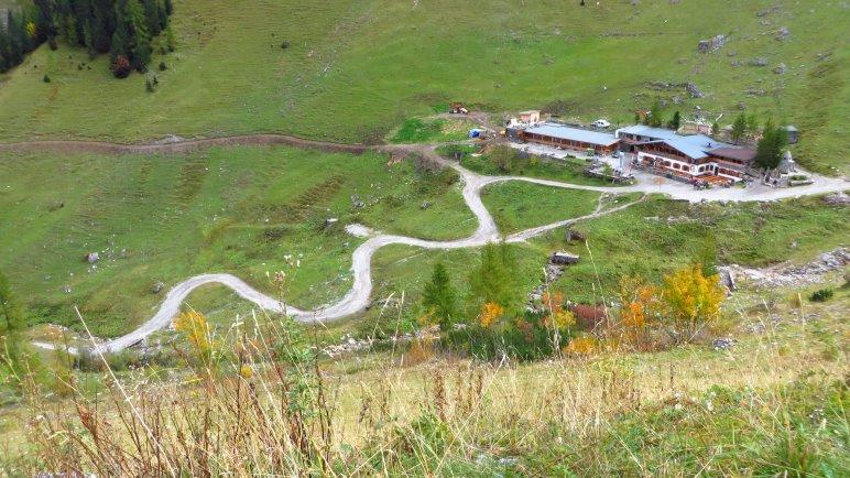 Ein Blick zurück, vom Panoramaweg hinunter zur Binsalm