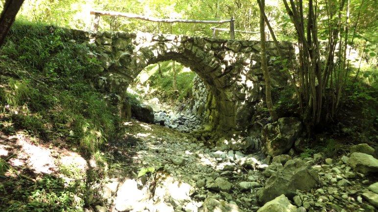 Unter dieser Brücke sollte der Bach vom Wasserfall entlangfliessen. Jetzt ist das Bachbett trocken