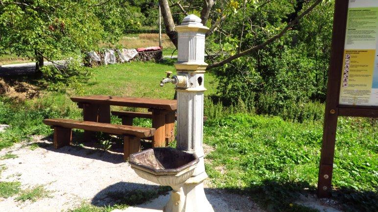 An diesem netten Brunnen kann man parken. Auf der anderen Straßenseite beginnt der Wanderweg