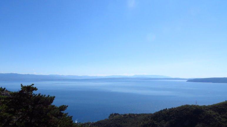 Der weite Blick bei Lovranska Draga über die Kvarner Bucht.