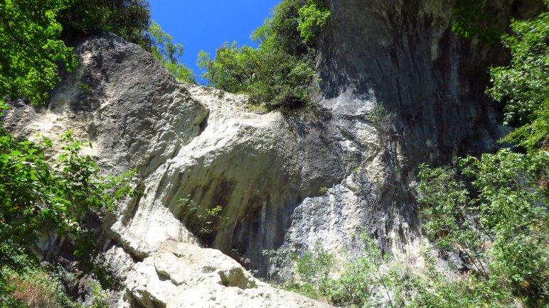 Hier sollte der Wasserfall hinabstürzen, aber zum Zeitpunkt unseres Besuches ist er ausgetrocknet