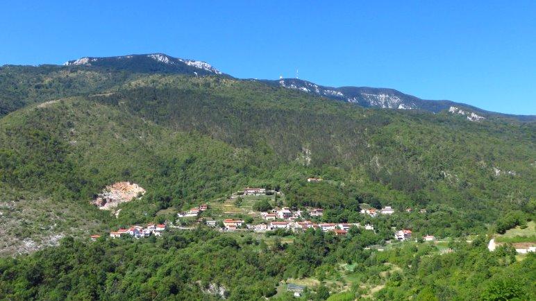 Das Bergdorf Lovranska Draga oberhalb von Lovran. Im Hintegrund sieht man die Antennenanlagen auf dem Vojak, dem höchsten Berg Istriens