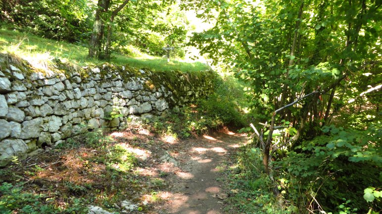 An der Trockenmauer antlang zum Wasserfall