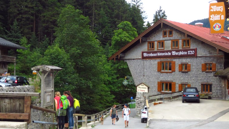 An der alten Wurzhütte, ganz hinten am Spitzingsee, beginnt die Wanderung