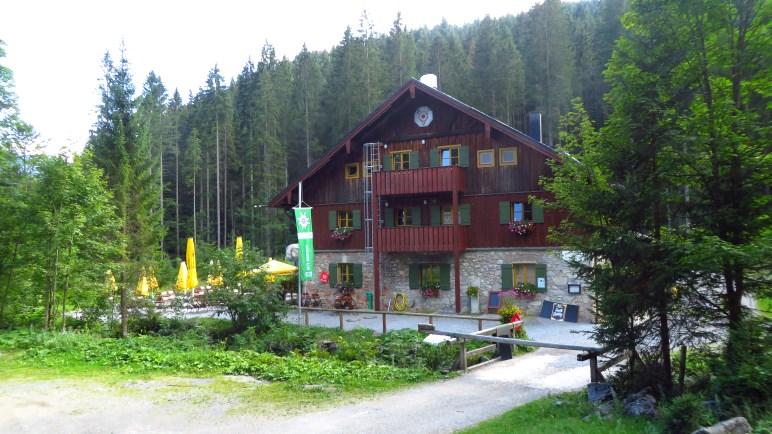 Das Blecksteinhaus steht auf einer kleinen Lichtung im Wald
