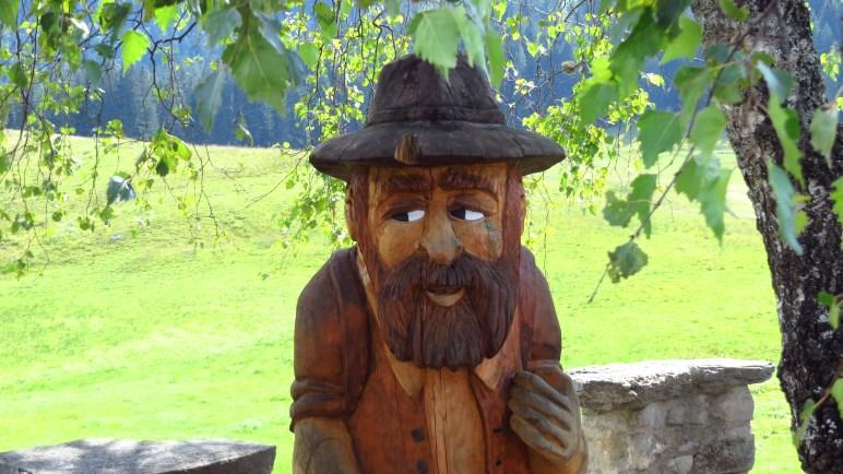 Solche geschnitzten Figuren finden sich einige rund um die Albert-Link-Hütte